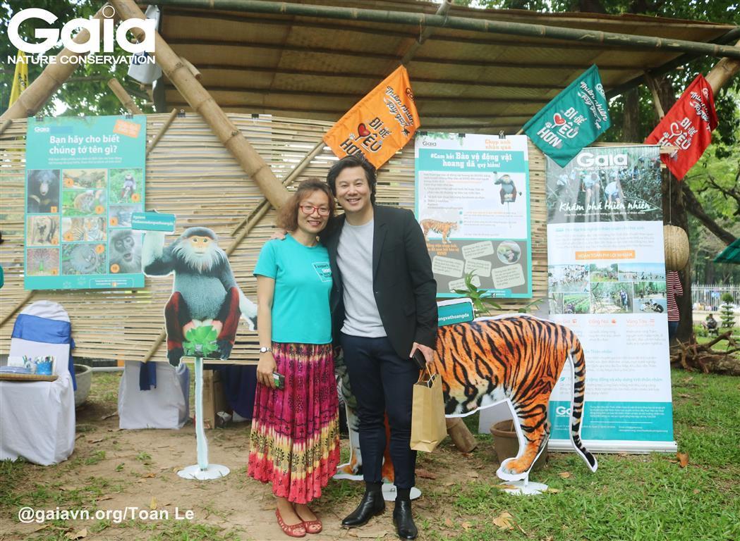Bà Đỗ Thị Thanh Huyền - Giám đốc Trung tâm Bảo tồn Thiên nhiên Gaia và nghệ sĩ Thanh Bùi chụp ảnh cam kết bảo vệ động vật hoang dã.