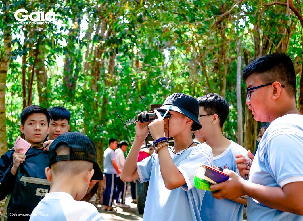 Quan sát các loài thực vật trong khu bảo tồn.