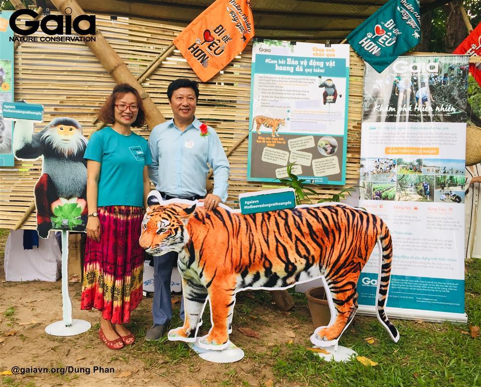 Bà Đỗ Thị Thanh Huyền - Giám đốc Trung tâm Bảo tồn Thiên nhiên Gaia và Nhà thiết kế áo dài Sỹ Hoàng, chụp ảnh cam kết bảo vệ động vật hoang dã.