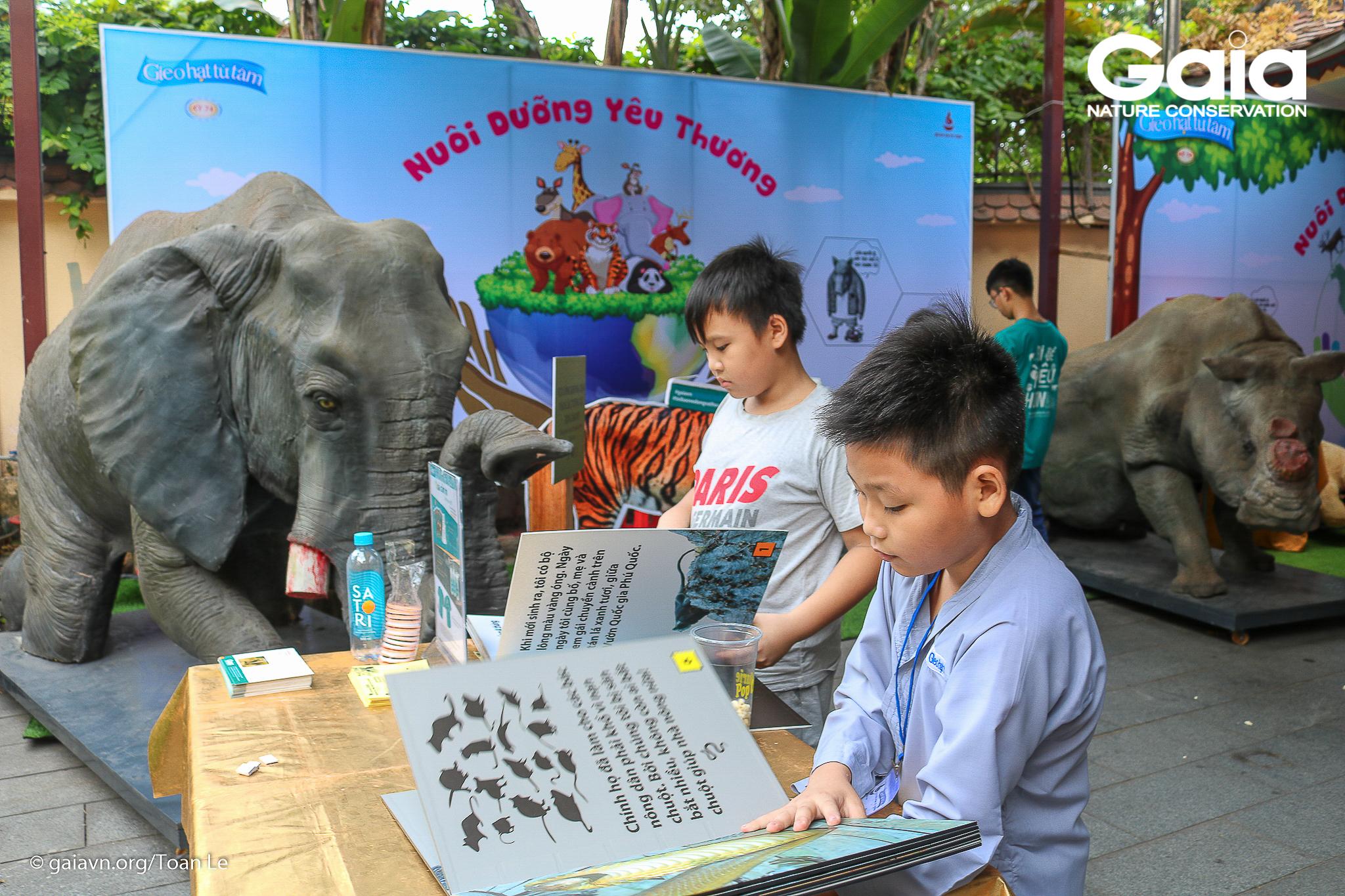 Các bé đọc sách về động vật hoang dã