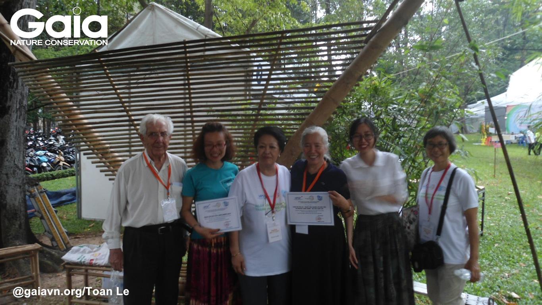 Bà Tôn Nữ Thị Ninh (thứ Ba từ trái sang), trao giấy chứng nhận cho các tổ chức thuộc không gian Hoà Bình với Thiên nhiên Môi trường.