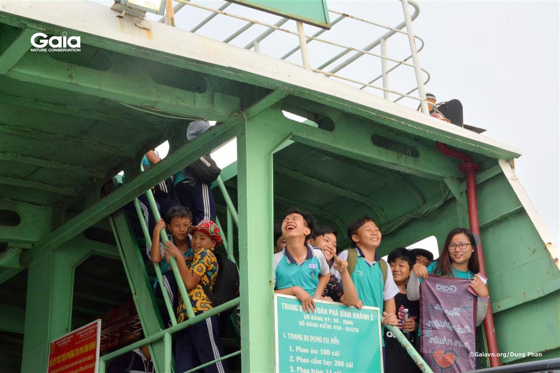 Quan sát sông nước khi qua phà Bình Khánh.