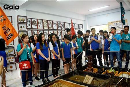 Học sinh tham quan phòng tiêu bản và nghe giới thiệu các mô hình.