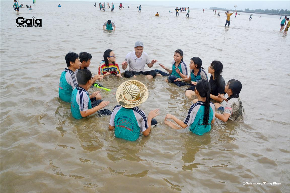 Hào hứng tham gia các trò chơi ở biển.