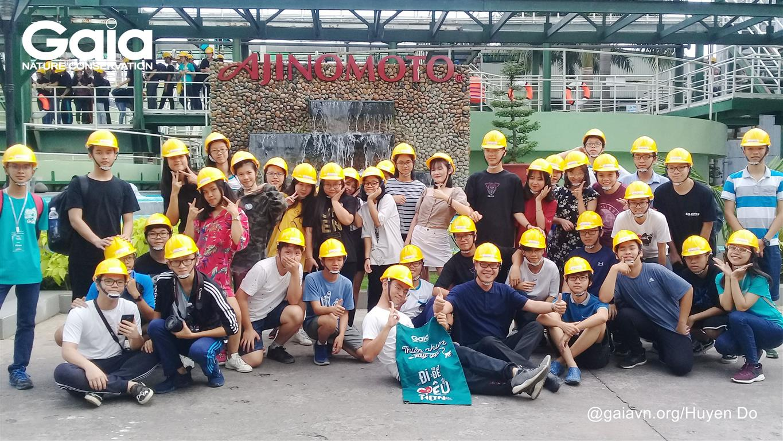 Chụp ảnh tập thể tại nhà máy Ajinomoto.