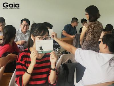 Các bạn sinh viên hào hứng nhận postcard về động vật hoang dã của Gaia.