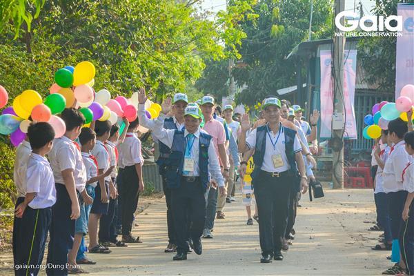 Học sinh Trường Tiểu học Vĩnh Tế hào hứng chào đón đoàn đại biểu.