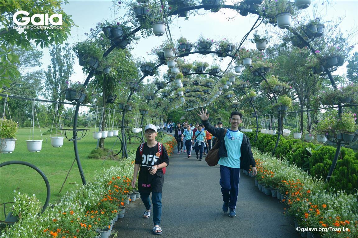 Học sinh vui vẻ khám phá thiên nhiên tại Bửu Long