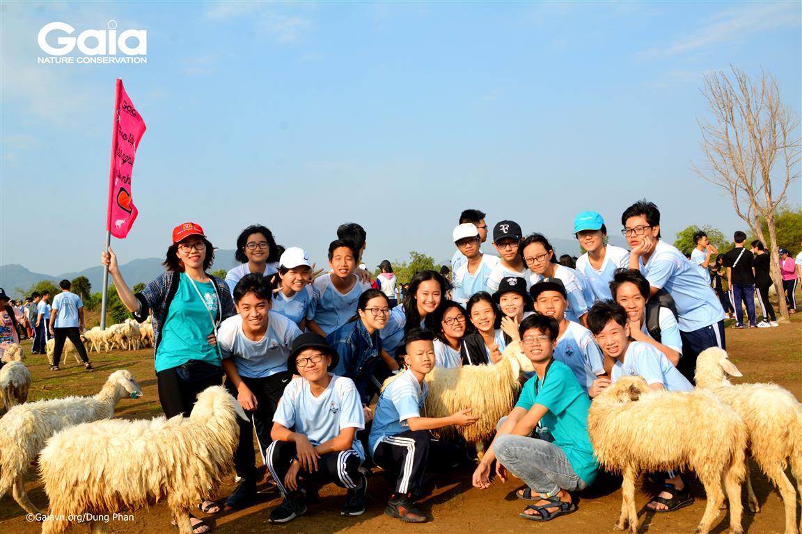 Chụp ảnh tập thể tại đồng cừu Suối Nghệ.