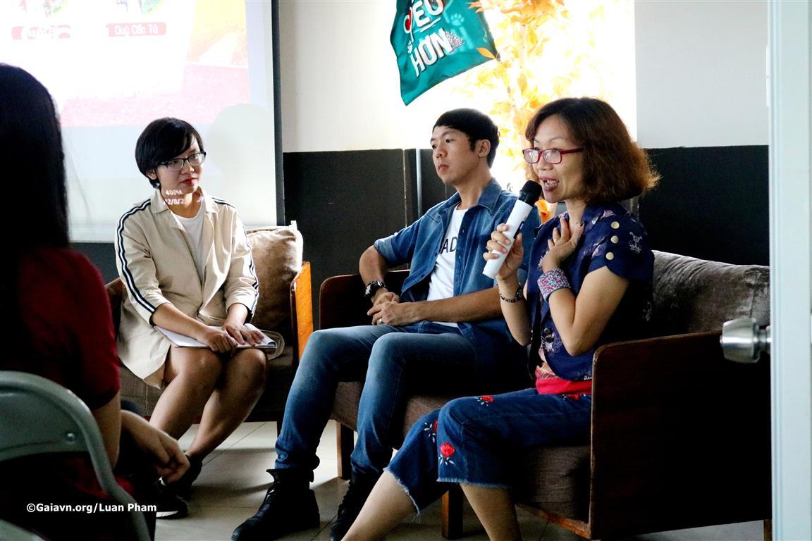 Chị Đỗ Thị Thanh Huyền – Nhà  sáng lập – Giám đốc Trung tâm Bảo tồn Thiên nhiên Gaia (phải) chia sẻ về kinh nghiệm Du lịch Xanh và tác động của du lịch đến thiên nhiên.