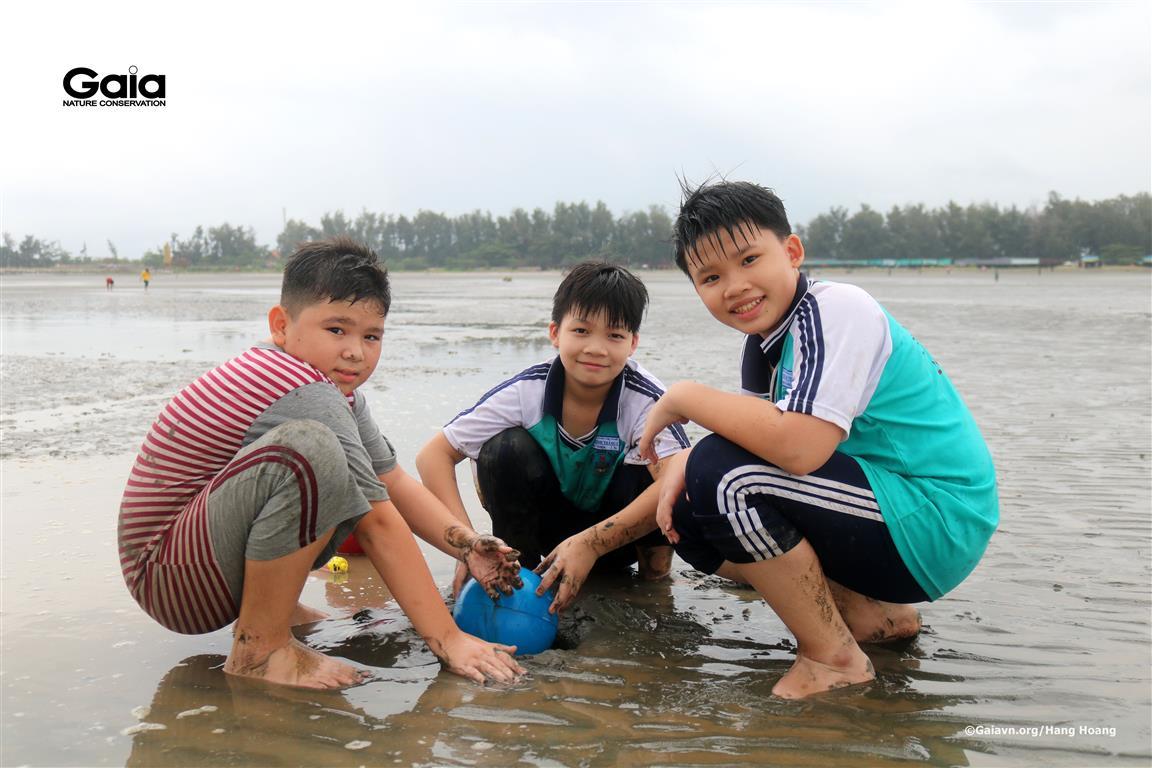 Học sinh vui vẻ khám phá thiên nhiên tại biển.