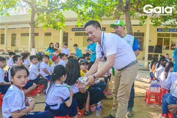 Phát quà cho học sinh Trường Tiểu học Vĩnh Tế.