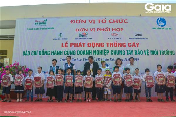 Trao 20 suất học bổng, 100 phần quà cho học sinh có thành tích bảo vệ môi trường tại Trường tiểu học Vĩnh Tế.