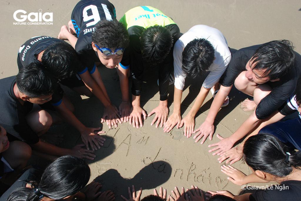 Chụp ảnh lưu niệm tại biển Hồ Cốc