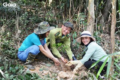 i diện Trung tâm Bảo tồn Thiên nhiên Gaia, Vườn Quốc gia Bến En và người dân địa phương trồng rừng Bến En