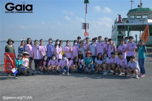 Các bạn học sinh cùng Gaia chụp ảnh lưu niệm tại bến thuyền