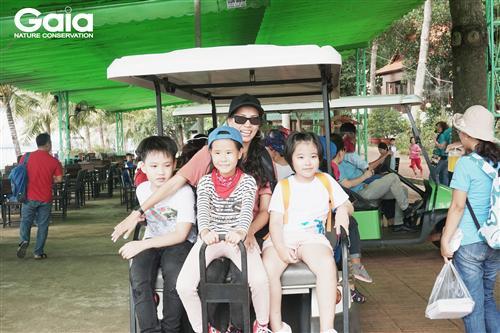 Ngồi xe điện tham quan vườn thú tại Đảo Ó