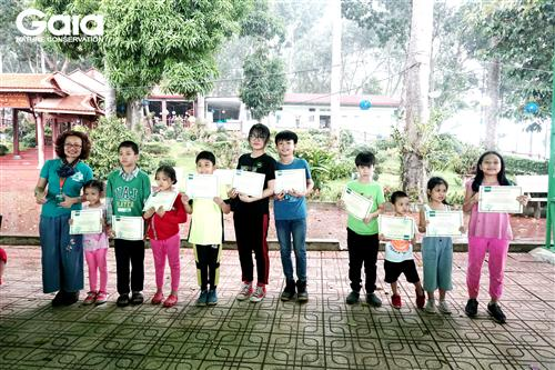 Trao giấy chứng nhận cho các bạn nhỏ tham gia trồng rừng