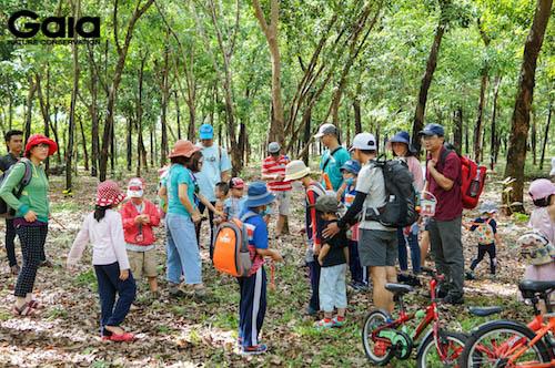 Chị Đỗ Thị Thanh Huyền - Giám đốc Trung tâm Bảo tồn Thiên nhiên Gaia hướng dẫn mọi người trước khi tham gia