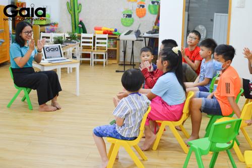Các bé đang lắng nghe cán bộ GAIA chia sẻ