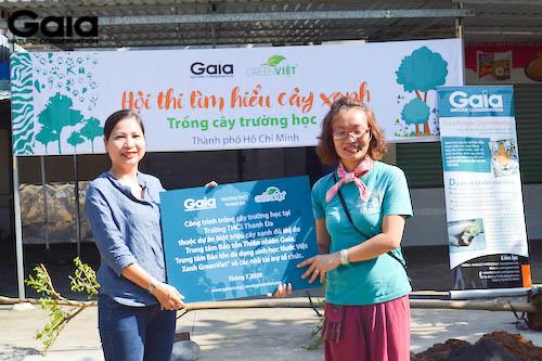 Bà Đỗ Thị Thanh Huyền - Giám đốc Gaia trao quà kỉ niệm cho hiệu trưởng trường THCS Thanh Đa
