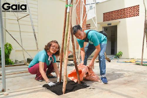 Cán bộ Gaia háo hức trồng cây tại trường THCS Thanh Đa