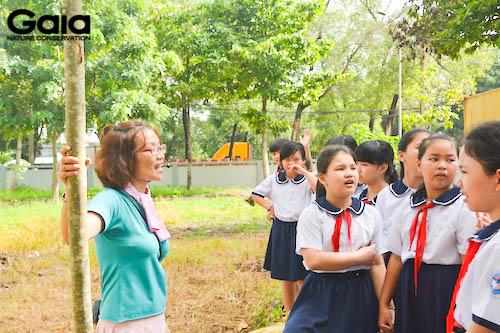 Bà Đỗ Thị Thanh Huyền - Giám đốc Gaia hướng dẫn học sinh trồng cây