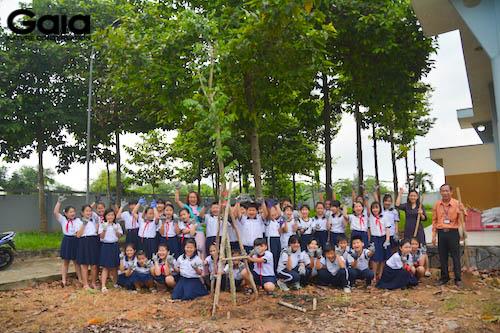 Chụp ảnh lưu niệm trước khi trồng cây
