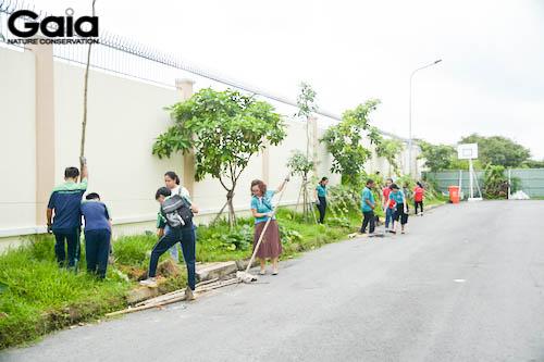 Mọi người tất bật trồng thêm 15 cây cho trường