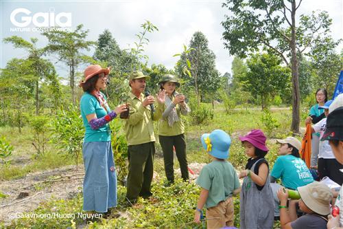 Hướng dẫn cách trồng cây cho các học sinh và phụ huynh.