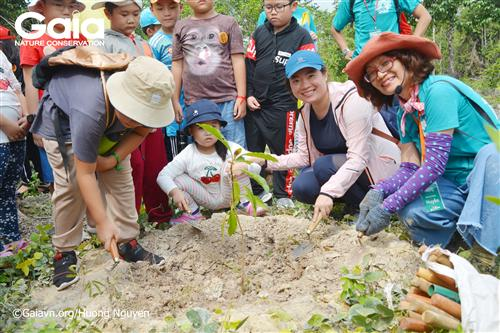 Từ trái qua: Hai em học sinh trường FasTrackids, hiệu trưởng trường Fastrackids và giám đốc trung tâm bảo tồn thiên nhiên Gaia.