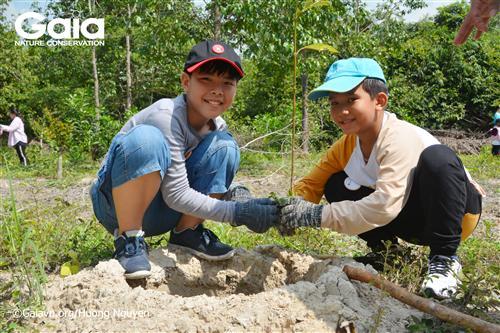 Háo hức lần đầu được trồng cây.