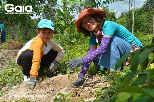Giám đốc trung tâm bảo tồn thiên nhiên Gaia cùng em học sinh trồng cây Chiêu liêu.