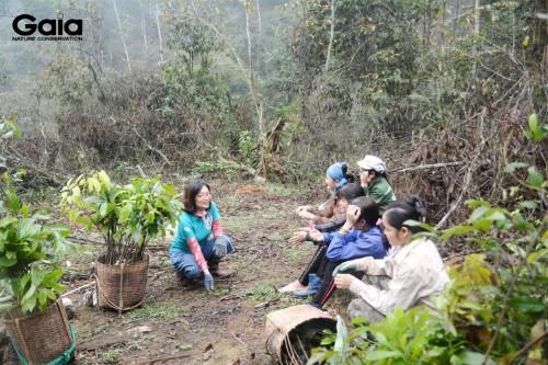 Trò chuyện với người dân địa phương trước khi trồng rừng Xuân Liên
