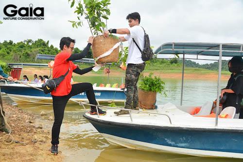 Jun Phạm và Quang Bảo hào hứng đưa cây xuống thuyền