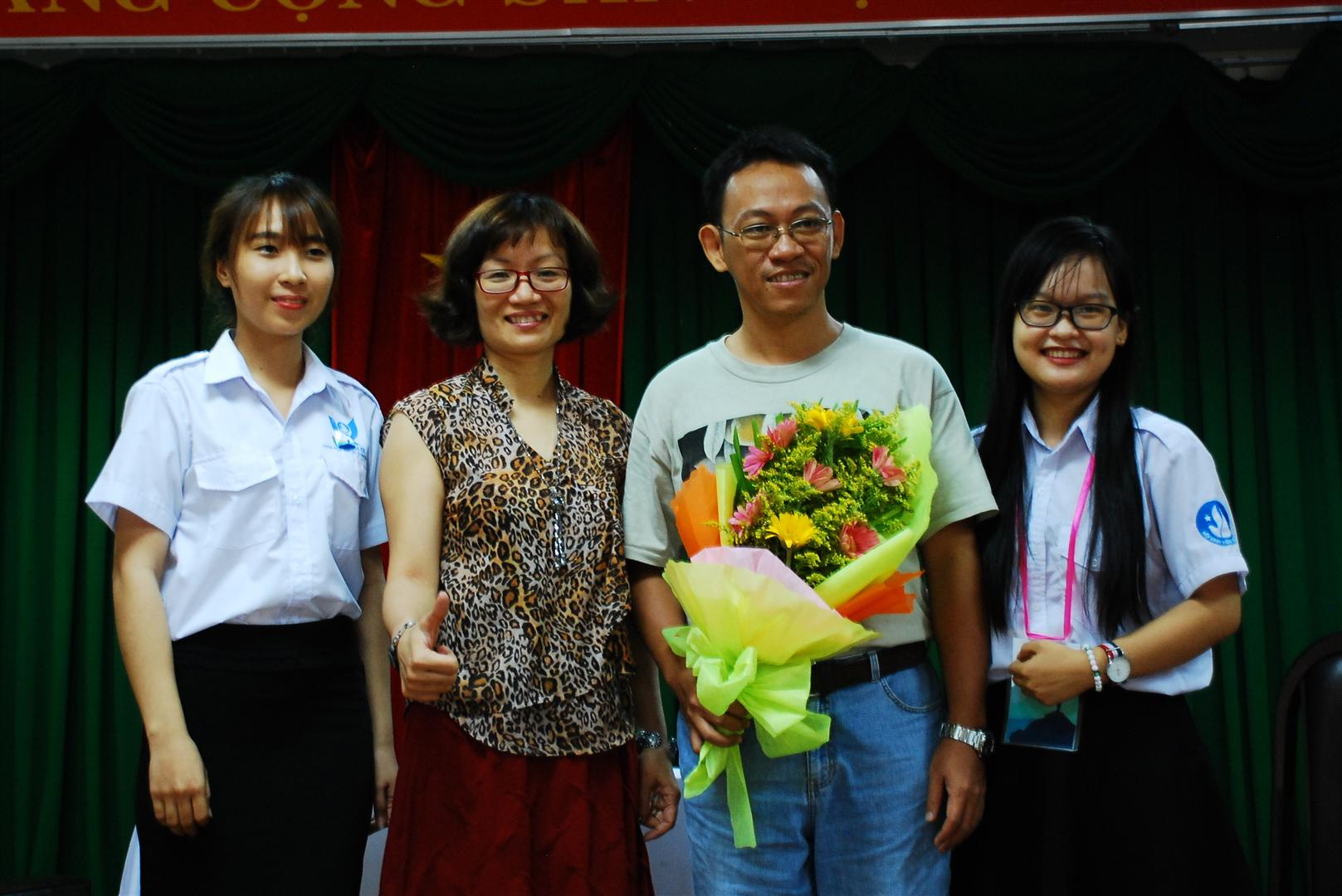 Bà Thanh Huyền và Giảng viên khoa Sinh của trường ĐH Khoa học tự nhiên TPHCM