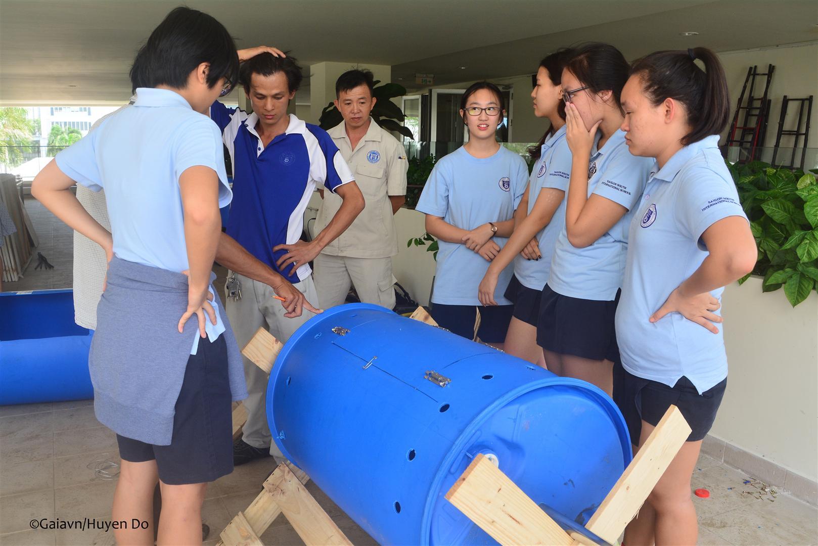 Học sinh trường Quốc tế Nam Sài Gòn đang nghe hướng dẫn chế tạo thùng compost