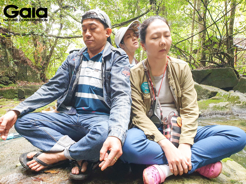 Ba mẹ tắm rừng kết nối thiên nhiên