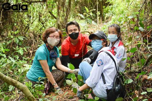 Quang Bảo hướng dẫn các em học sinh trồng rừng