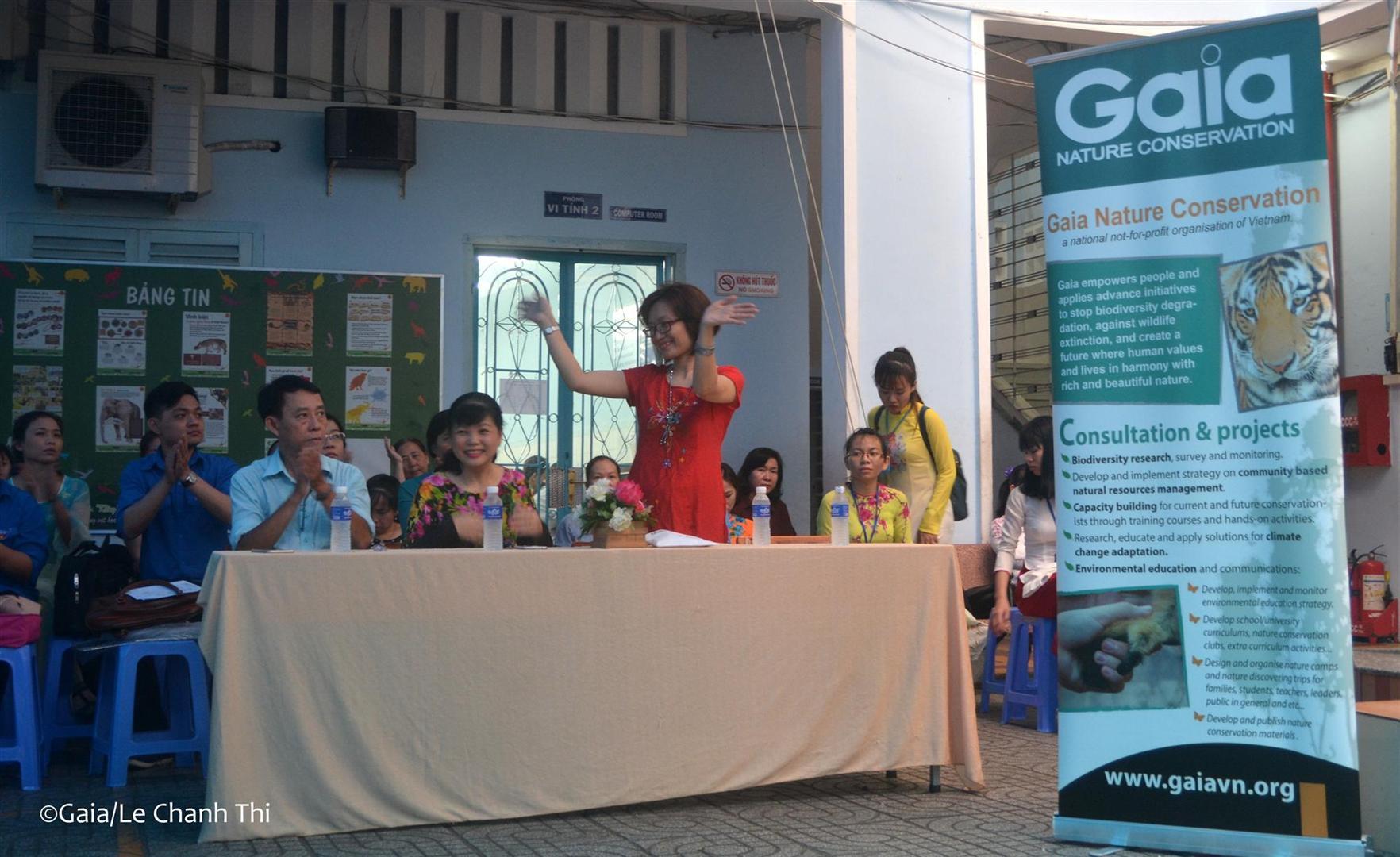 Bà Đỗ Thị Thanh Huyền (Giám đốc trung tâm Gaia) và các thầy cô giáo trường THCS Ba Đình