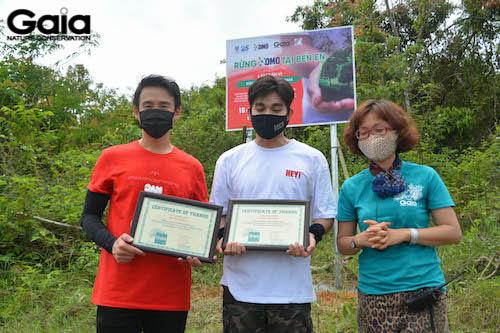 Trao giấy chứng nhận cho Jun Phạm và Quang Bảo