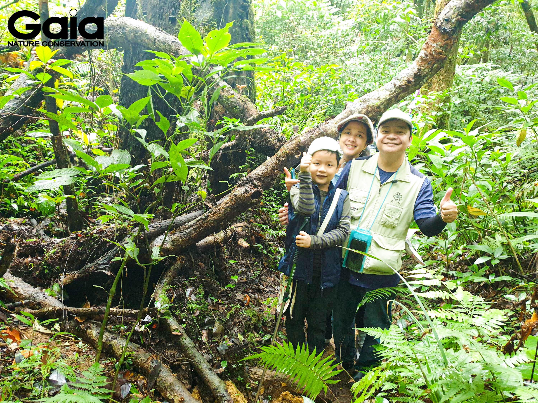Gia đình hào hứng băng rừng