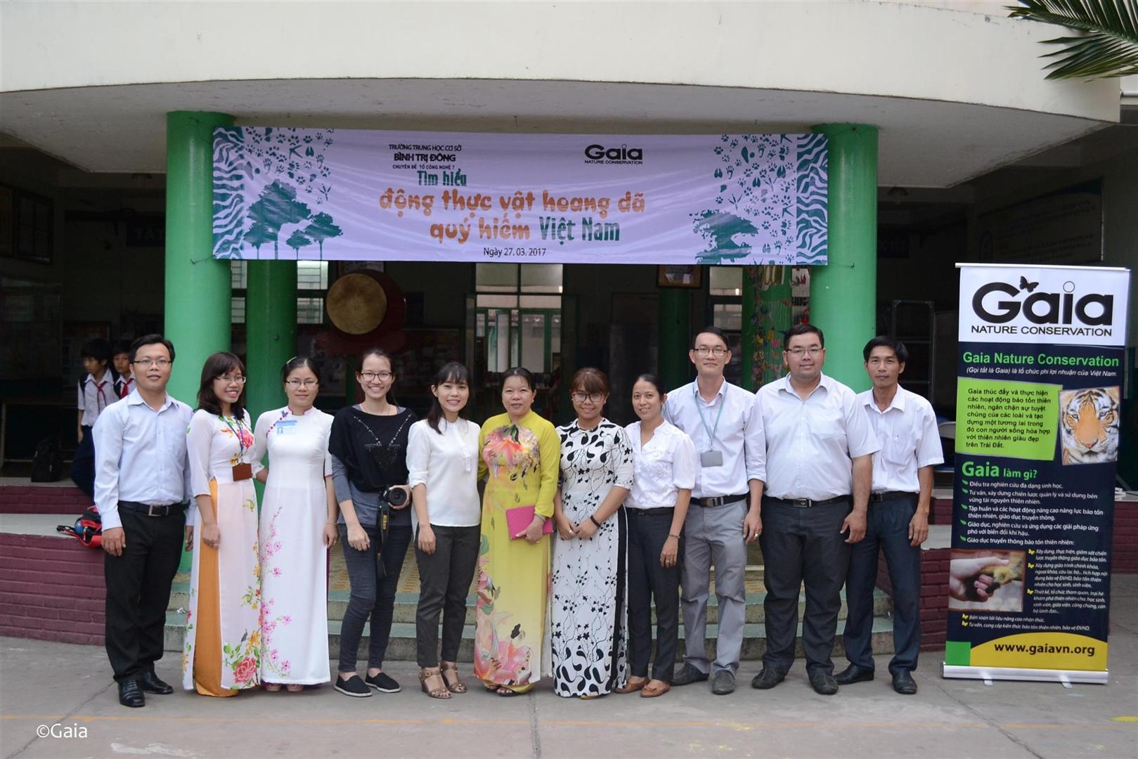 Bà Kim Ngân (Cán bộ Dự án của Trung tâm Gaia) và các giáo viên của trường THCS Bình Trị Đông