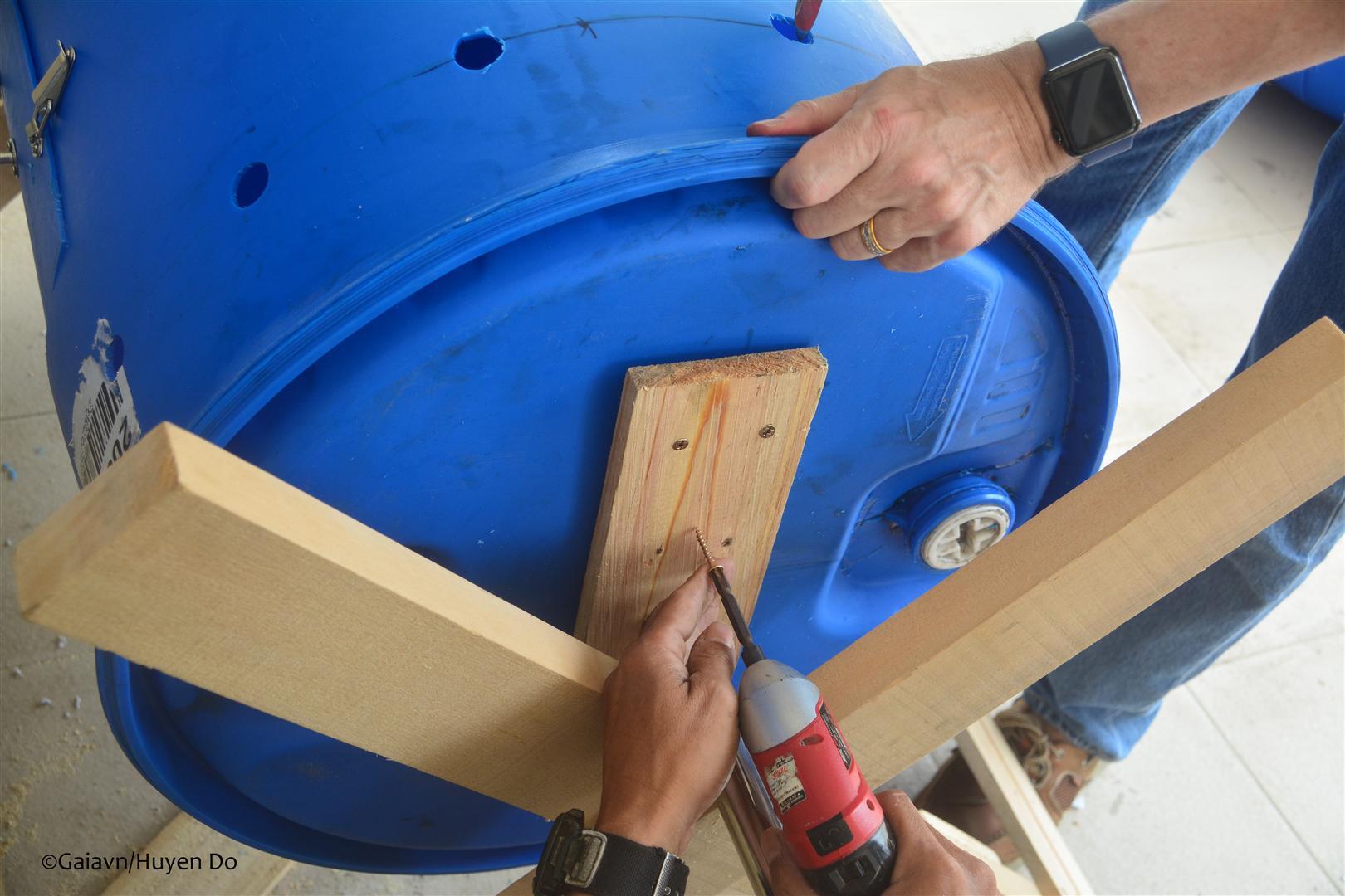 t thùng compost vào giá đỡ