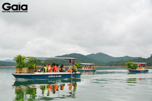 Di chuyển ra vị trống trồng rừng bằng thuyền