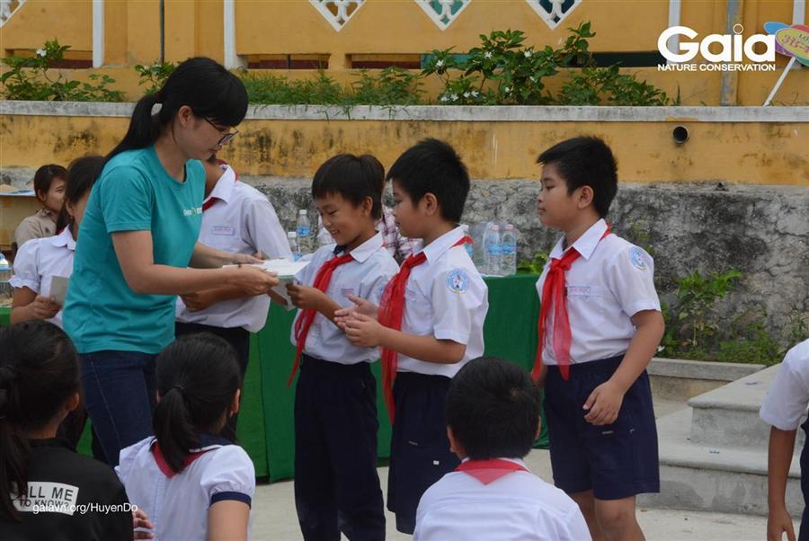 Học sinh chiến thắng nhận quà lưu niệm từ Gaia