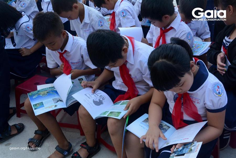 Say mê đọc sách ngay tại sân trường