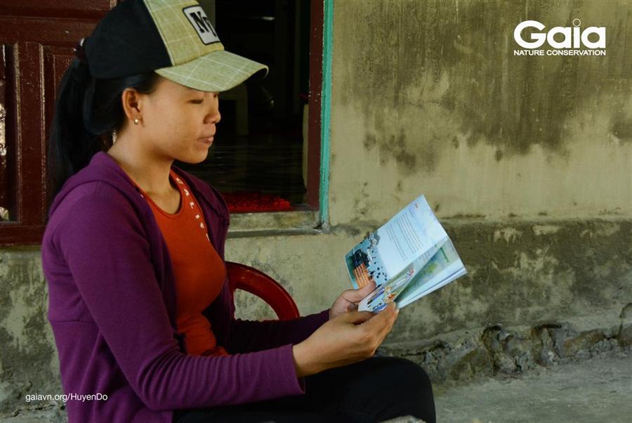 Cha mẹ học sinh đọc sách Em yêu Cù Lao Chàm, ngay sau sự kiện