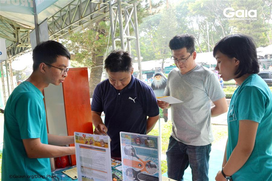 Người tham gia tìm hiểu thông tin về động vật hoang dã.