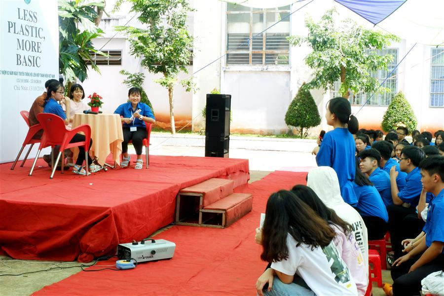 Các bạn học sinh chăm chú lắng nghe để hiểu hơn về sống xanh.